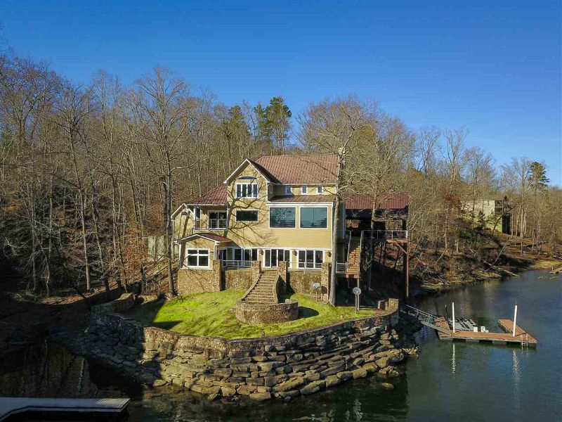 waterfront house in Pickwick Lake, TN